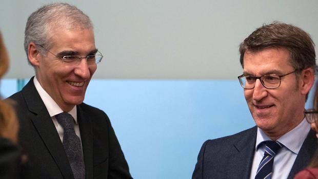 Francisco Conde y Alberto Núñez Feijóo, tras la rueda de prensa del Consello