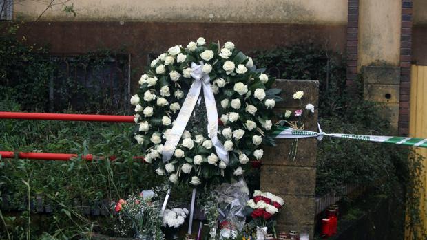 Una corona de flores recuerda a Diana Quer en la nave de Asados