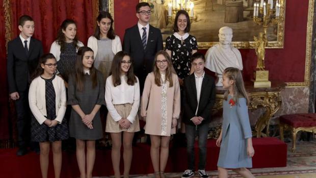 Paula, en la fila de arriba a la derecha, en el momento en que la Princesa de Asturias entra en el salón para posar con el grupo de niños