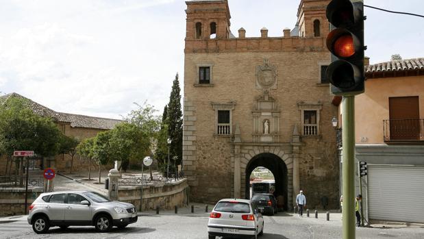 La puerta histórica soporta a diario un intenso flujo de tráfico rodado