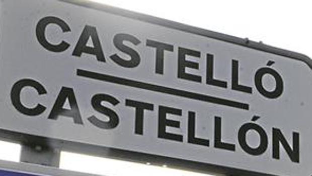 Señal de tráfico de la ciudad de Castellón con la doble denominación en valenciano y castellano