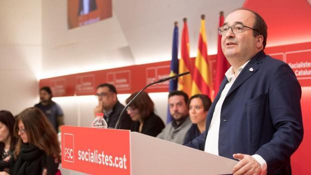Miquel Iceta, hoy, interviniendo ante el Consejo Nacional del PSC, con las cuatro banderas al fondo
