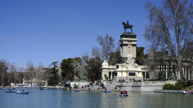 El mirador, bajo la estatua ecuestre de Alfonso XII, domina las vistas del estanque del Retiro