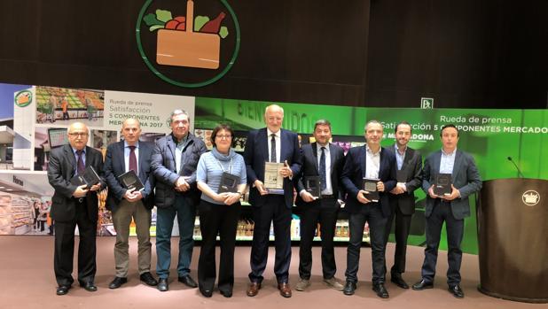 Imagen de Juan Roig junto a los ocho homenajeados por el vigésimo aniversario de la presentación de resultados de Mercadona