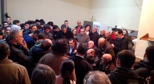Expectación de decenas de personas que se dieron cita en la casa del mariscal de la Cofradía