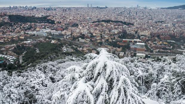 Imagen de la nevada sobre la ciudad de Barcelona desde el Tibidabo
