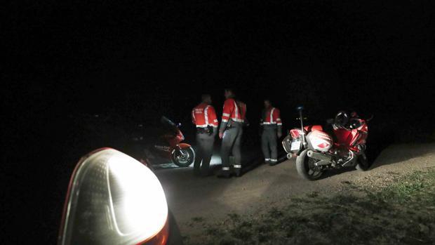 Operativo de la Polícia Foral montado a orillas del Ebro, entre las localidades de Lodosa y Sartaguda, donde buscan un vehículo que se ha precipitado al rio con dos ocupantes en su interior, uno de ellos consiguió escapar y el otro permanece desaparecido