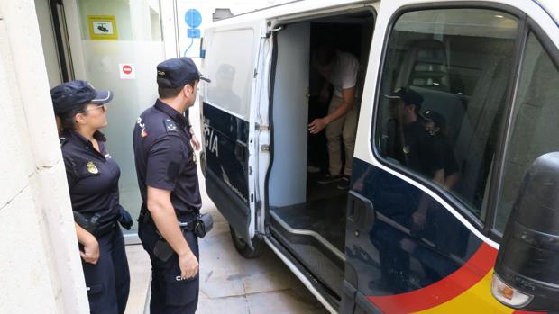 Imagen de archivo de dos agentes de la Policía Nacional en Alicante
