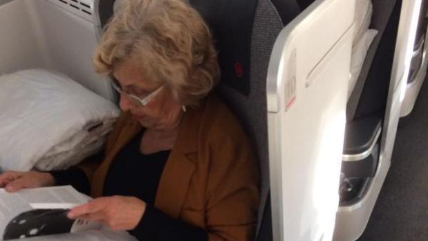 Carmena, volando en business a causa de sus problemas de salud, en el viaje a Montreal de 2017