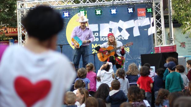 Los cuentacuentos musicales deleitaron a los más pequeños en la Plaza de Pontejos