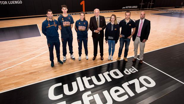 Imagen de Juan Roig, en el centro, tomada en l'Alqueria del Basket de Valencia