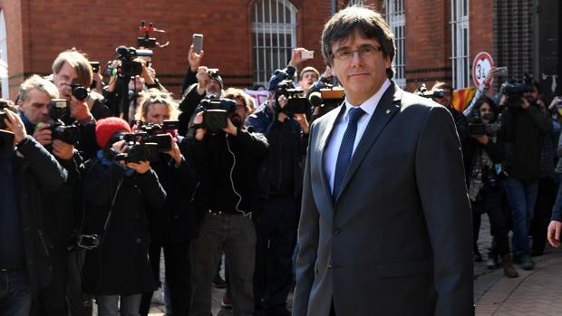 Carles Puigdemont en la salida de la cárcel de Alemania