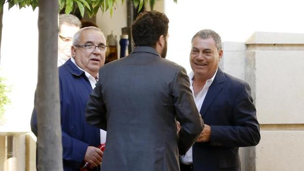 Fenoll (izquieda) y José Vicente Gregory, este viernes antes de iniciarse la primera sesión del juicio en la Audiencia de Alicante