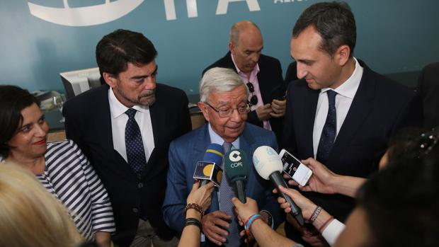 Rafael Ansón atiende a los medios en Alicante, flanqueado por el alcalde y el presidente de la Diputación