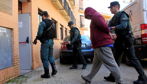 El presunto sicario acusado del asesinato de Mercedes es escoltado por agentes de la Guardia Civil a su llegada a los juzgados de Illescas