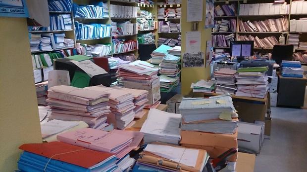 Imagen de un juzgado de lo mercantil, abarrotado de papeles y documentos