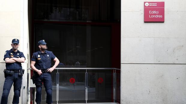 Agentes de la Policía Nacional en las oficinas de la Diputación de Barcelona