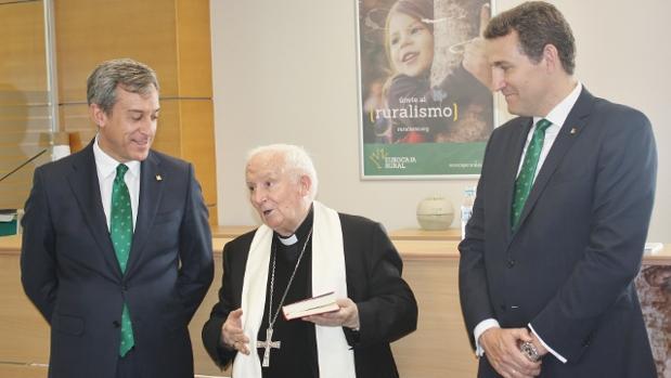 Imagen del presidente de Eurocaja Rural, el cardenal arzobispo de Valencia y el director general de la entidad financiera