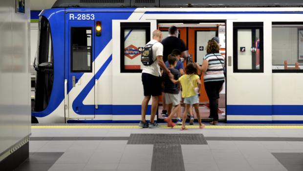 Viajeros tomando el Metro en Madrid