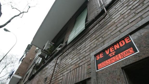 Un cartel señala una vivienda en venta