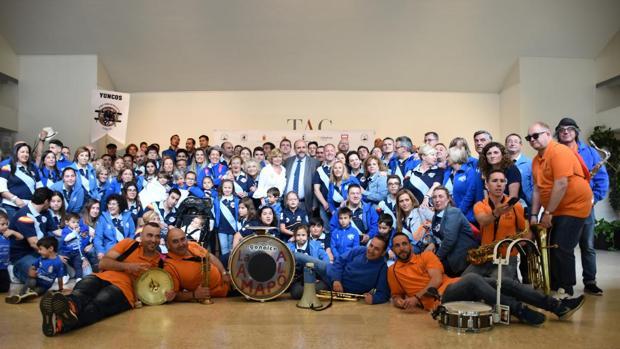El vicepresidente José Luis Martínez Guijarro con la Asociación Toro Enmaromado de Yuncos