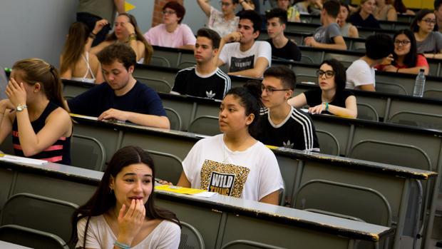 Un grupo de alumnos antes de realizar el examen en la Universitat Politècnica de Catalunya