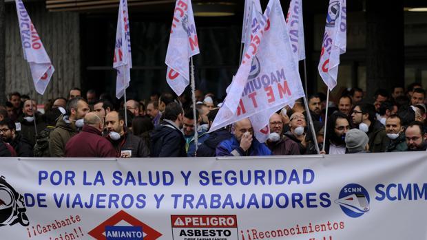 Trabajadores de Metro, durante una protesta a las puertas de la Asamblea de Madrid