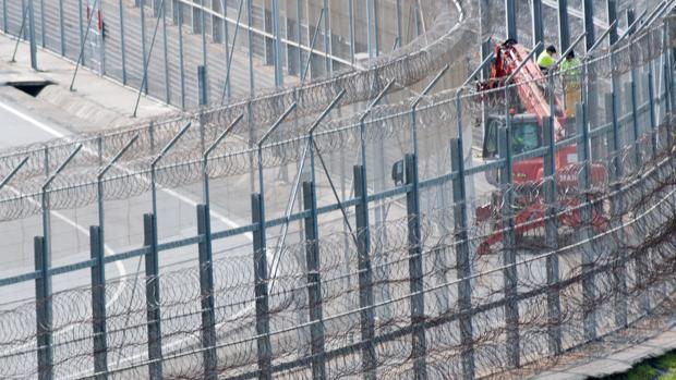 La valla fronteriza con las concertinas que separa España de Marruecos