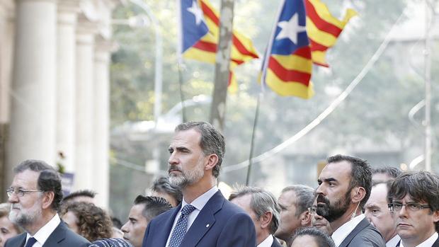 El Rey Felipe VI, junto a los expresidentes del Gobierno, Mariano Rajoy, y de la Generalitat, Carles Puigdemont, en Barcelona tras los atentados de agosto