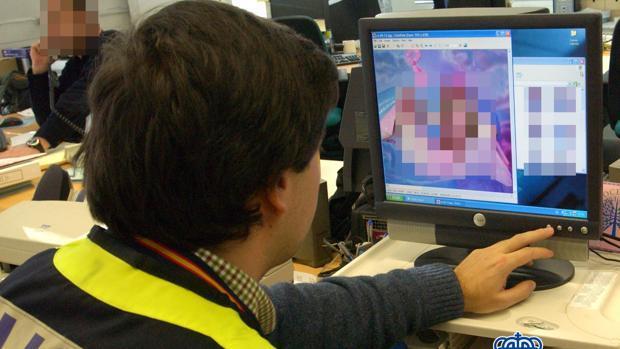 Uno de los agentes analizando los archivos compartidos