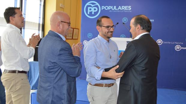 El presidente provincial , José Julián Gregorio, felicita a López en presencia de Emilio Bravo y Carlos Velázquez