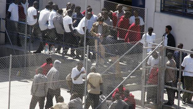 Inmigrantes en el patio de un centro de internamiento de Canarias