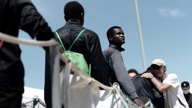 Varios inmigrantes desembarcan del Aquarius a su llegada a Valencia