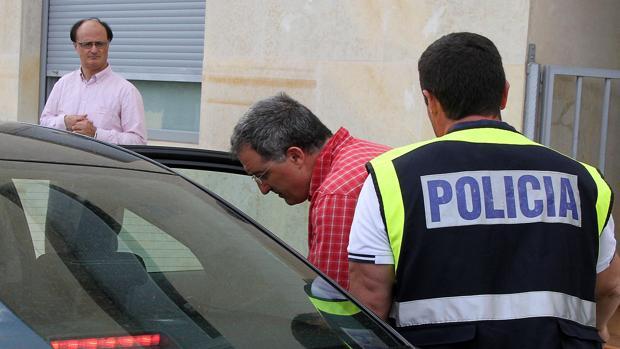El alcalde de Astorga abandona su domicilio acompañado por varios agentes de la Policía