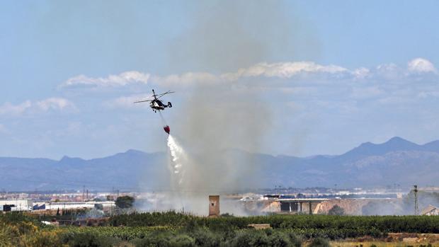 Imagen de un helicóptero Sobrevolando la zona del incendio