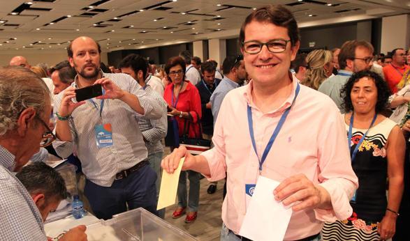 Fernández Mañueco, en el momento de votar