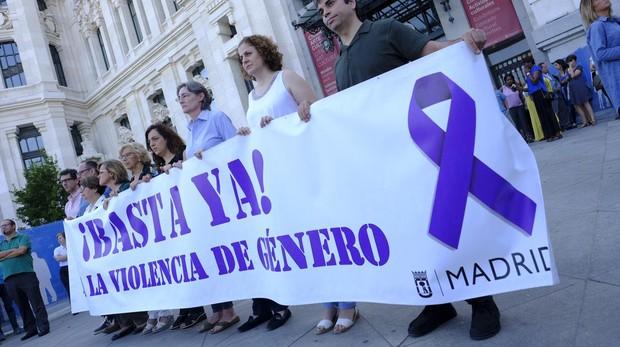 Ediles del Ayuntamiento de Madrid portan una pancarta contra la violencia machista