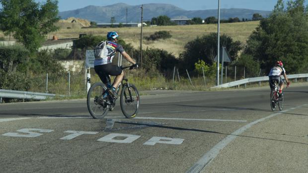 Imagen de archivo de ciclistas en la carretera