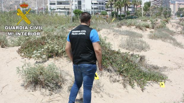 Un agente observa las dunas en las que se produjo la agresión