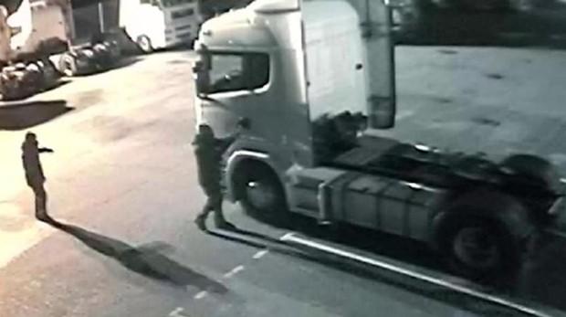 Delincuentes robando un camión