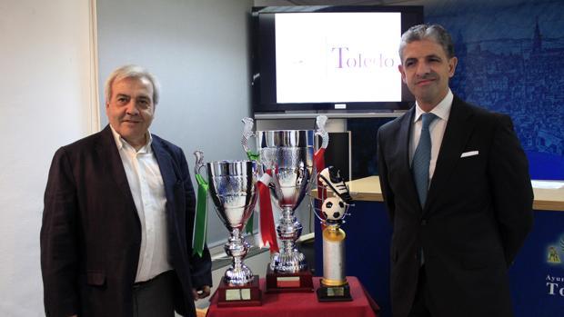 El concejal Juan José Pérez del Pino, con el presidente del Toledo, Juan Juárez, presentan el Trofeo de Feria