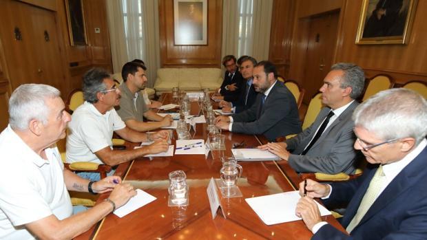El ministro de Fomento durante su reunión con las víctimas de Angrois