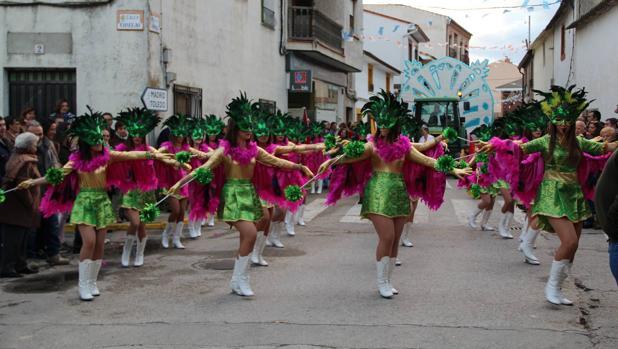 Majorettes de Yunclillos desfilando en Lominchar
