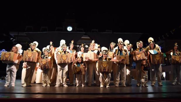 Las momias recogiendo el primer premio del desfile de comparsas 2018