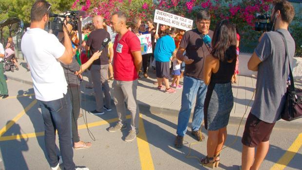 Un momento de la concentración de familias en el colegio de La Canyada del Fenollar
