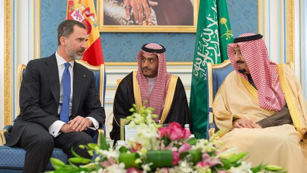 Felipe VI con el príncipe heredero y el rey saudí, Salman bin Abdulaziz, en el palacio Al-Yamamah