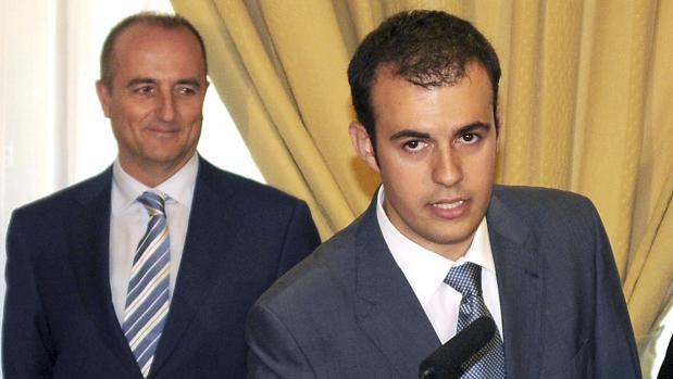 El economista Carlos Ocaña promete como jefe de gabinete del ministro de Industria, Miguel Sebastián, ante la mirada de este