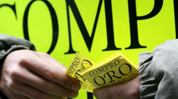 Un repartidor de panfletos de compro oro en el centro de Madrid