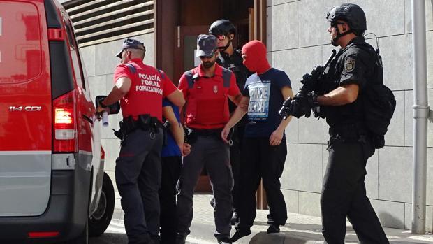 Uno de los dos hijos implicados en el crimen de Cáseda, al que, tras salir en libertad, la Policía Foral ha llevado a un lugar pactado con quien va a recogerle