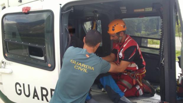 Especialistas de montaña de la Guardia Civil, durante el rescate de un herido en el Pirineo aragonés